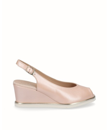 Zapato peep toes cuña salón piel nacarada rosa