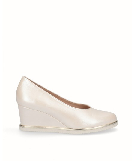 Beige pearly leather lounge wedge shoe