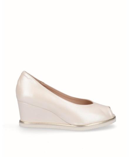 Zapato peep toes cuña salón piel nacarada beige