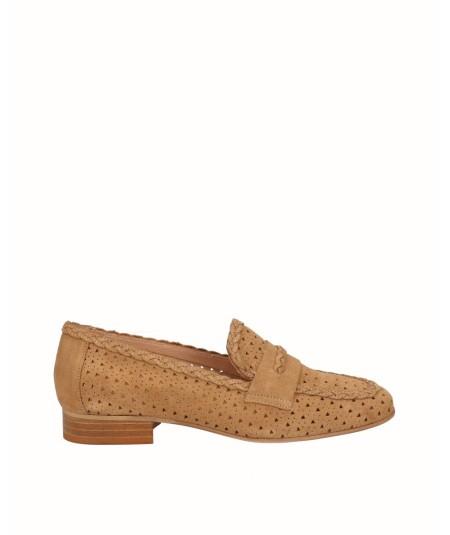 Zapato mocasín picado piel serraje camel
