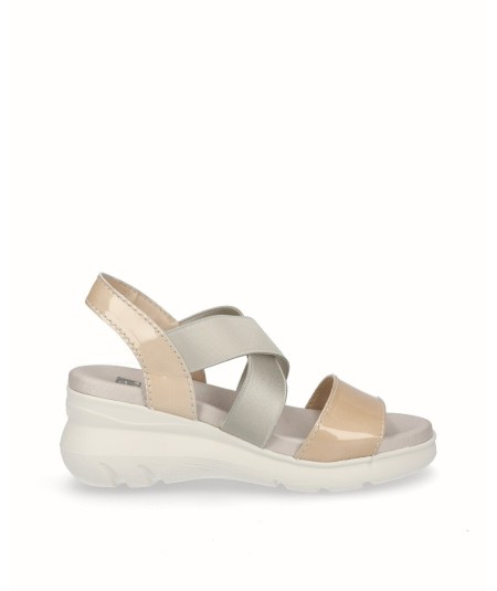Patent leather wedge sandal with beige elastic bands