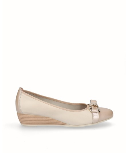 French ballerina shoe in beige leather and patent leather