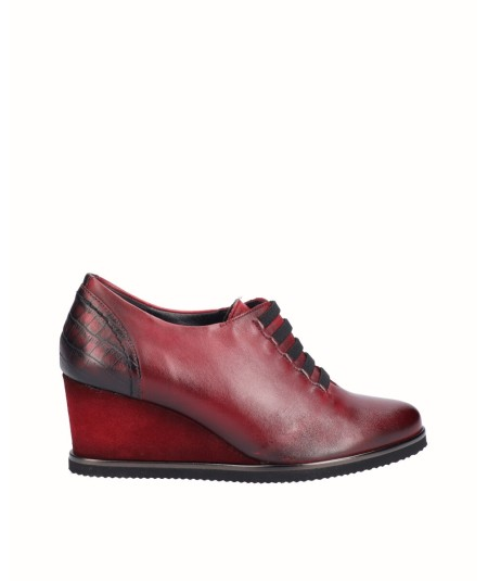 Leather wedge shoe combined with metallic burgundy snake engraved leather with elastic