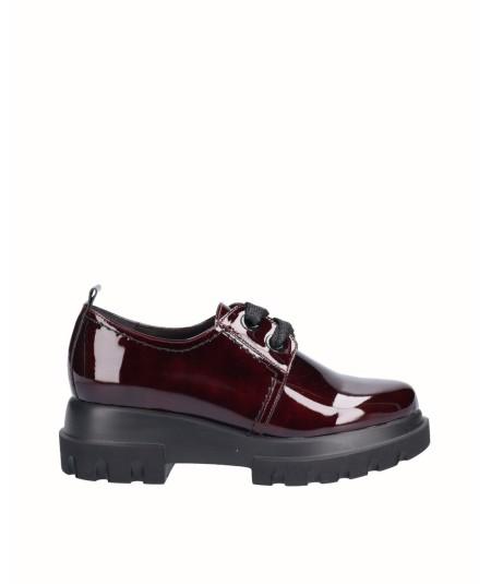Zapato piel charol burdeos con cordones