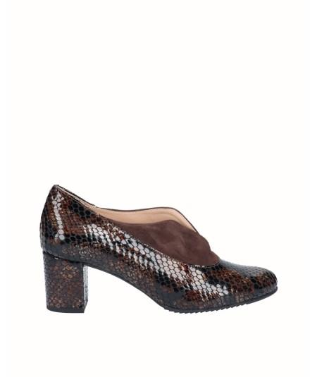 Zapato salón tacón piel charol grabado serpiente combinado con piel ante moka