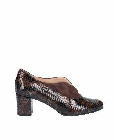 Heeled patent leather pumps with snake print combined with mocha suede leather
